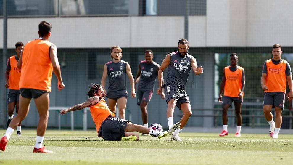 Benzema e Isco disputan un balón en Valdebebas esta mañana.