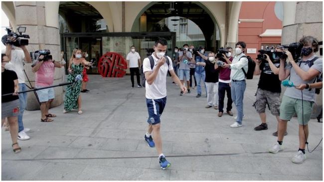 Los jugadores del Fuenlabrada abandonando el Hotel Finisterre, de...