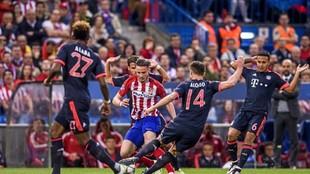 Saúl, rodeado de jugadores del Bayern el día que marcó un golazo.