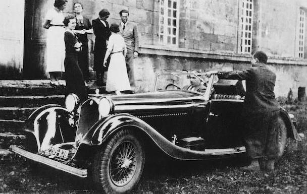 Calveyrac, al volante de su 8C, a las afueras de París.