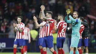 Saúl y Oblak aplauden a la afición del Atlético.