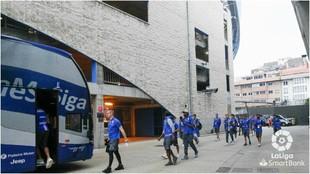 Los jugadores del Dépor se suben al autobus del equipo