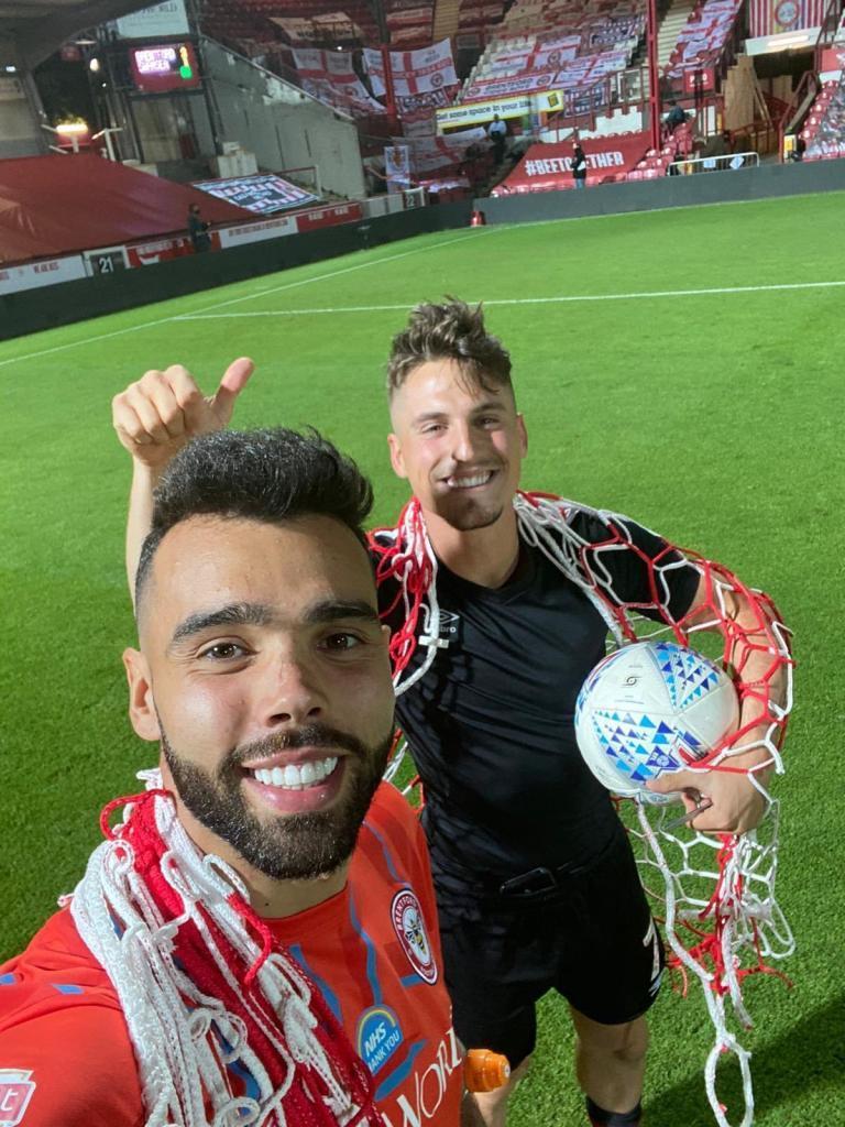 Sergi Canós celebra, junto a David Raya, la victoria sobre el Swansea...