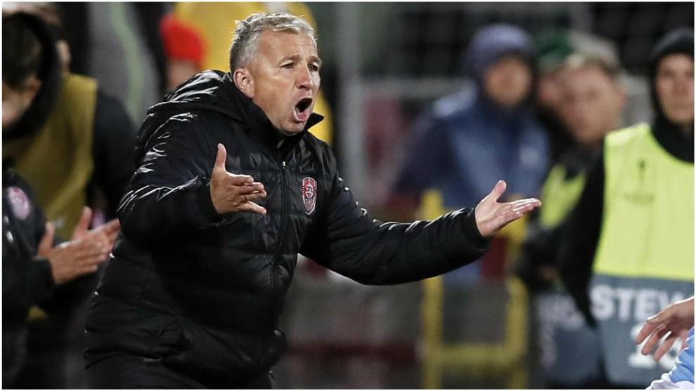 Dan Petrescu, entrenador del Cluj, da instrucciones en un partido...