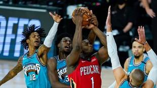 Zion Williamson se eleva entre cuatro jugador de los Grizzlies.