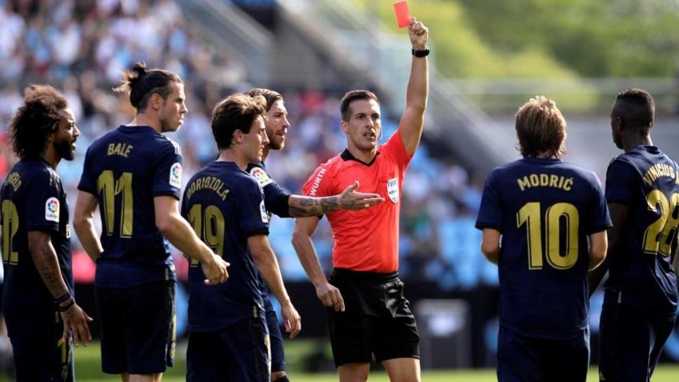 Estrada Fernandez shows Luka Modric a red card.