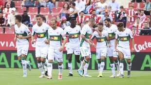 Los jugadores del Elche, durante un partido de esta temporada. MARCA