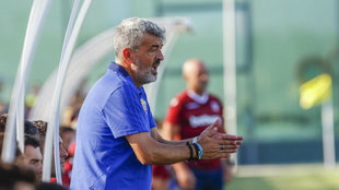 Óscar Fernández, dirigiendo un partido desde su área técnica.