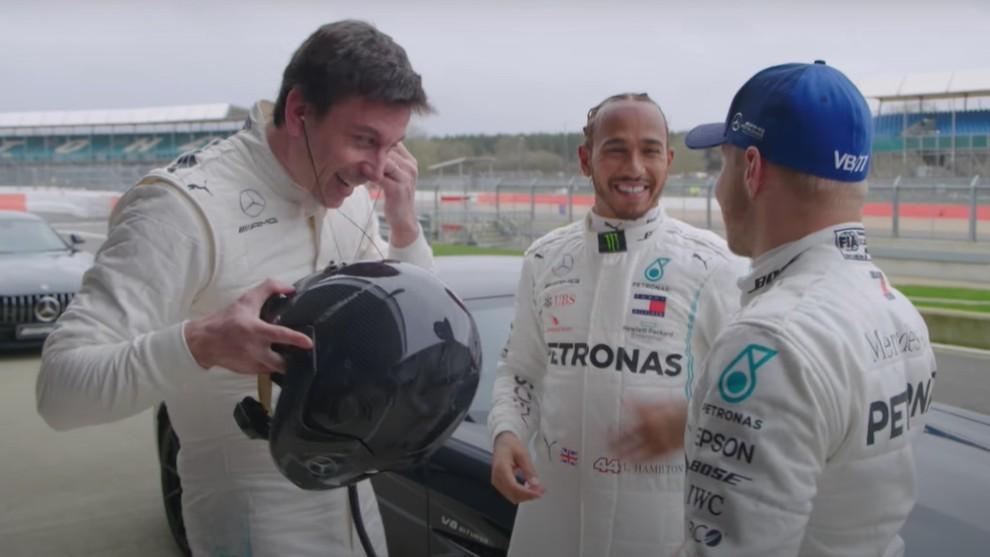 Hamilton y Bottas retan a Toto Wolff a una carrera con un Mercedes-AMG GT ¿Quién ganará?