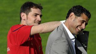 Iker Casillas junto a Fernando Hierro en un entrenamiento de la...