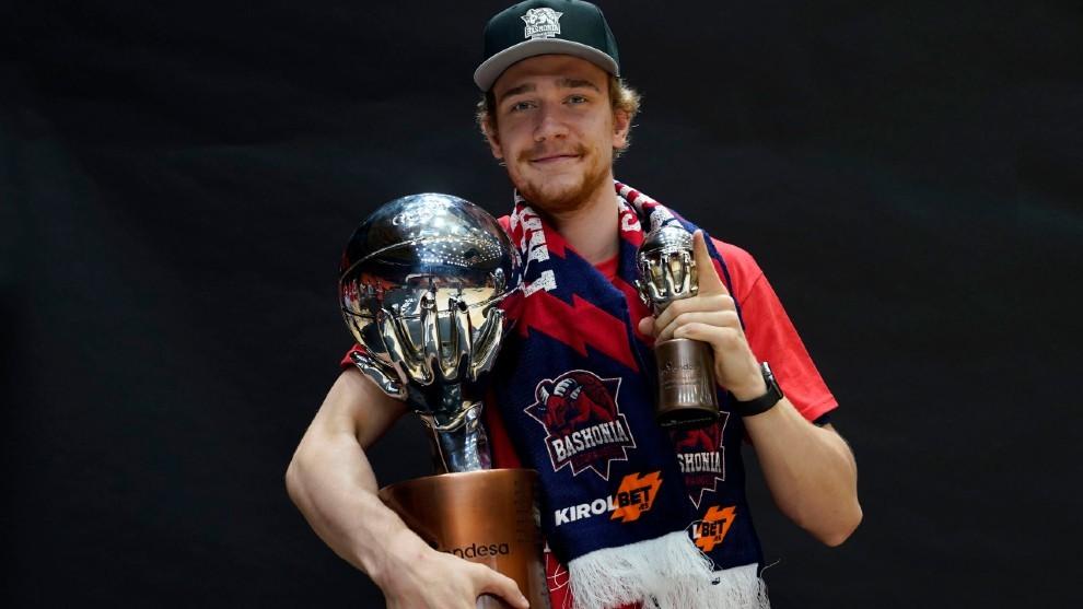 Sander Raieste posa con el trofeo de campeón de Liga conquistado por...