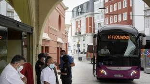 El autobus del Fuenlabranda llegando al hotel de concentración de La...