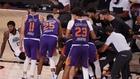 Los jugadores de los Suns celebrando la canasta de Devin Booker. EFE