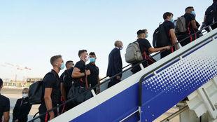 Los jugadores del Sevilla suben al avión que los lleva a Alemania.