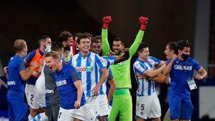 Moyá celebra puños en alto el pase a la Europa League.