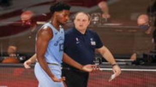 Jaren Jackson Jr dialoga con su entrenador, Taylor Jenkins.