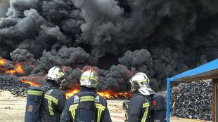 Tres bomberos de la Comunidad de Madrid, en el gran incendio de 2016.