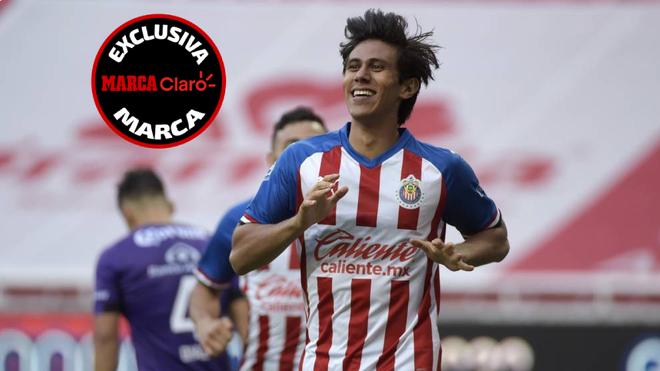 José Juan Macías, celebrando un gol con Chivas.