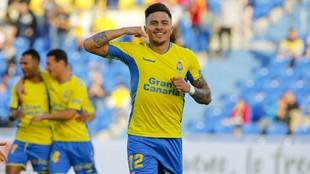 Narvaéz celebra un gol de Las Palmas haciendo la señal de una...