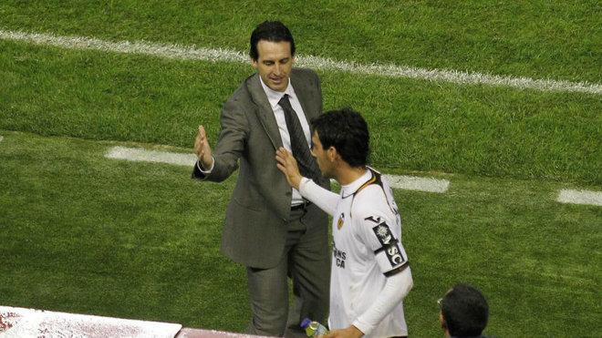 Emery saluda a Parejo durante un partido con el Valencia hace nueve...