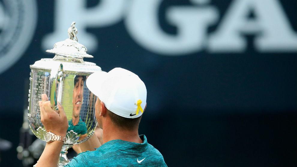 Koepka con el trofeo del PGA de 2019