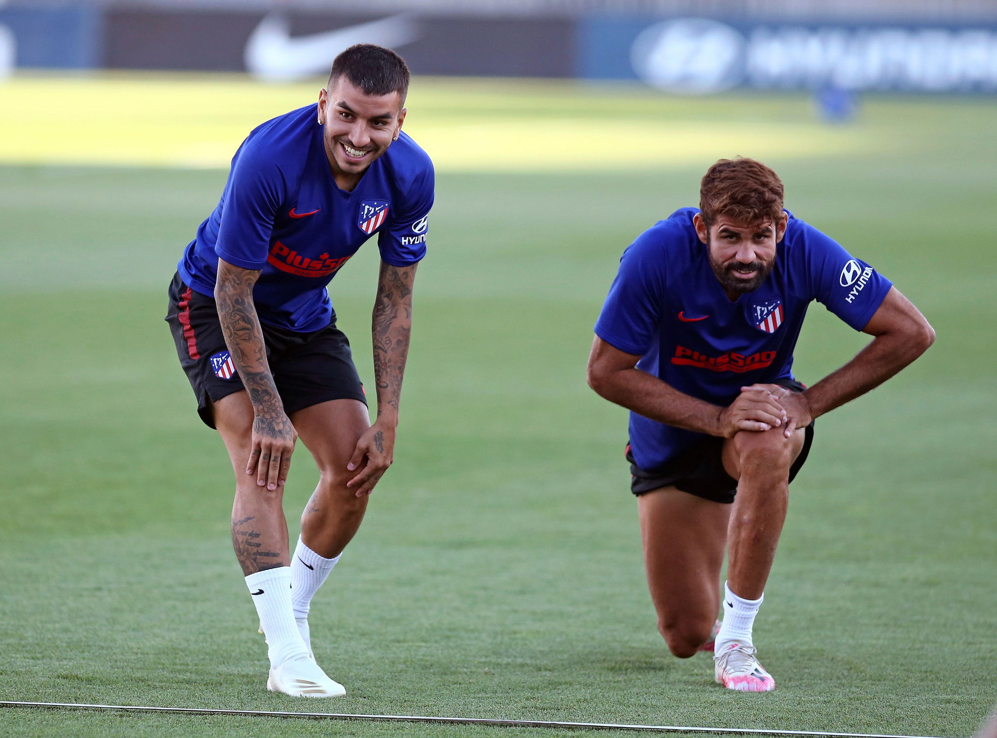 Ángel Correa y Diego Costa, en una sesión de entrenamiento previa al encuentro de Champions frente al Leipzig