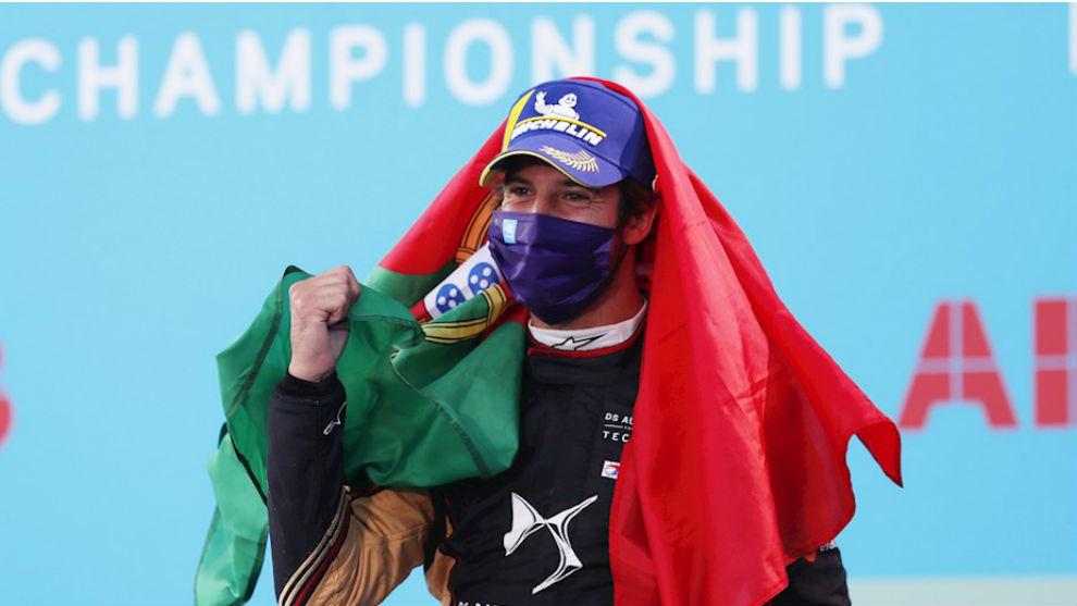 Da Costa, en el podio con la bandera de Portugal.
