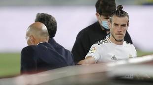 Zinedine Zidane y Gareth Bale, en el momento en el que galés es...