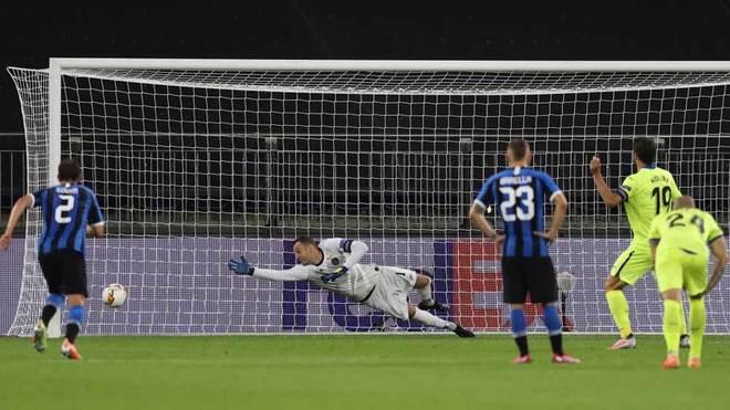 Jorge Molina lanza fuera el penalti ante el Inter de Milán.