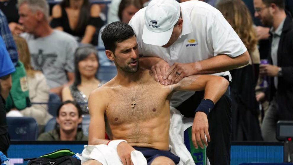 Djokovic siendo atendido del hombro en el último US Open