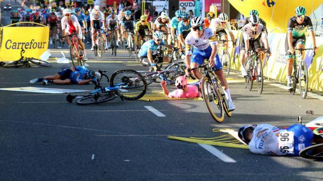 Edu Prades, en el suelo, al igual que otros corredores en la llegada a...