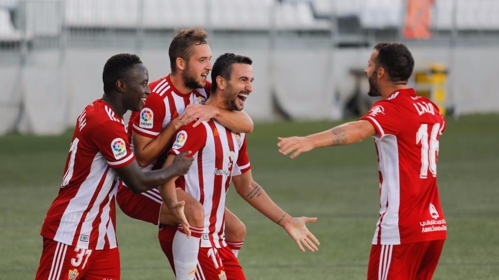 Los jugadores del Almería, celebrando un gol. MARCA