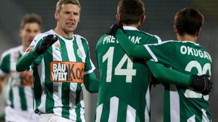 Jugadores del Mattersburg celebran un gol.