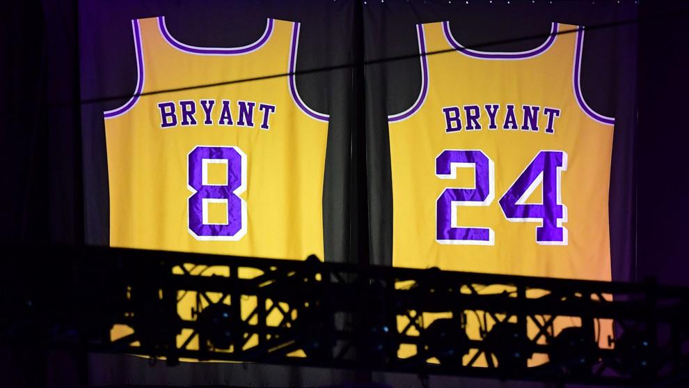 Las camisetas de Kobe Bryant colgando del Staples Center