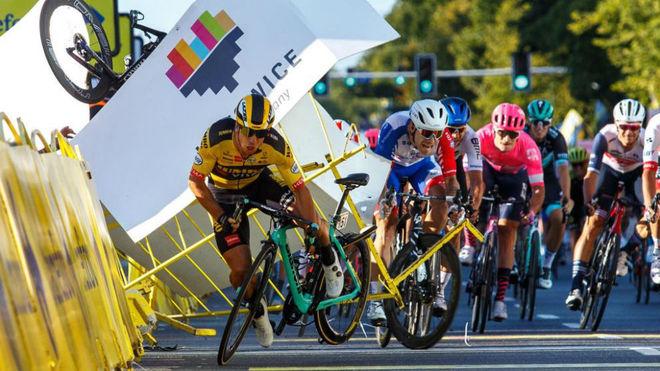 Dylan Groenewegen, en el esprint final de la primera etapa del Tour de...
