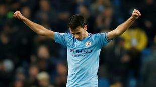 Eric García en un duelo con el Manchester City.