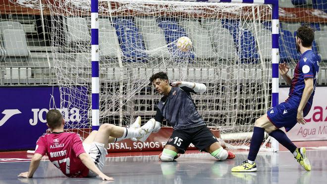 Buitre marca en el Viña Albali-Levante de los pasados playoffs.