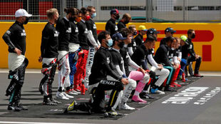 Los pilotos de F1, antes de la última carrera en Silverstone, donde 7...