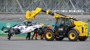 Kvyat acabó contra las barreras en Silverstone.