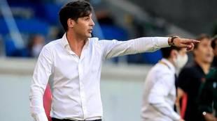 Paulo Fonseca hace indicaciones a sus futbolistas durante el partido...