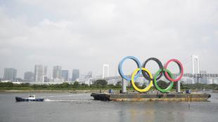 Los aros olímpicos se colocaron en la Bahía de Tokio a principios de...