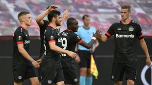Festejo del Bayer Leverkusen en su victoria sobre el Rangers.