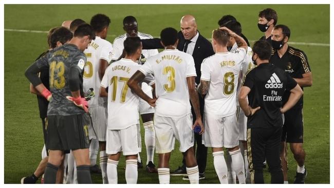 Zidane da instrucciones a sus jugadores durante un partido.