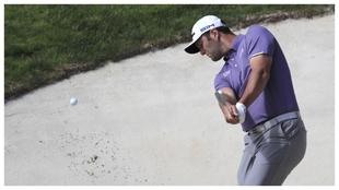 Jon Rahm saca una bola de bunker en la primera jornada