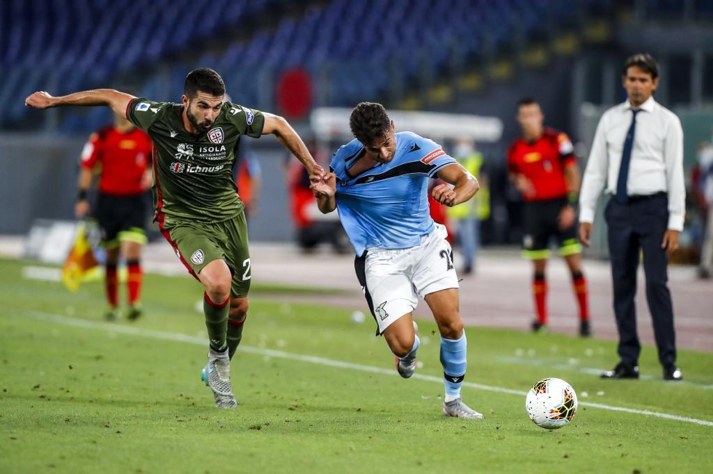 Jony Rodríguez desbordando por la banda en un Lazio - Cagliari (2020).