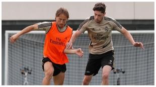 Modric y Valverde, durante un entrenamiento en Valdebas.
