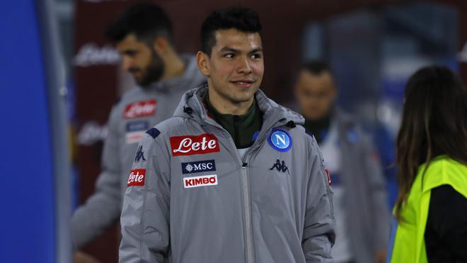 Hirving Lozano en un duelo con el Napoli.