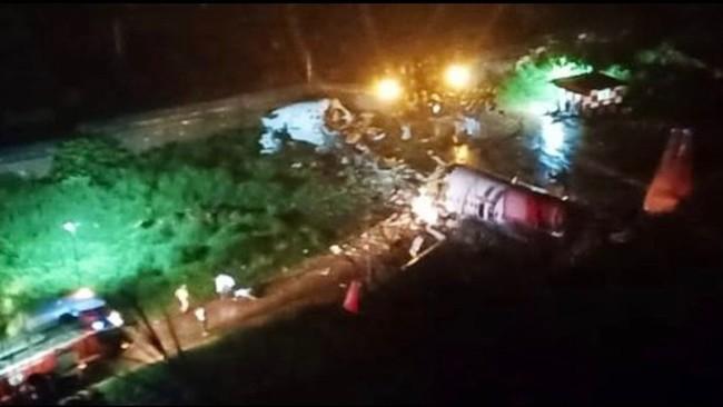 Accidente aéreo en India: un avión con 191 pasajeros se sale y se parte en dos