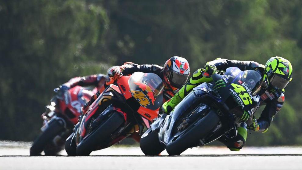 Valentino Rossi, seguido por Pol Espargaró, con Dovizioso al fondo,...