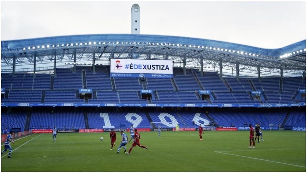 El estadio de Riazor, durante el Dépor-Fuenlabrada, con un mensaje...